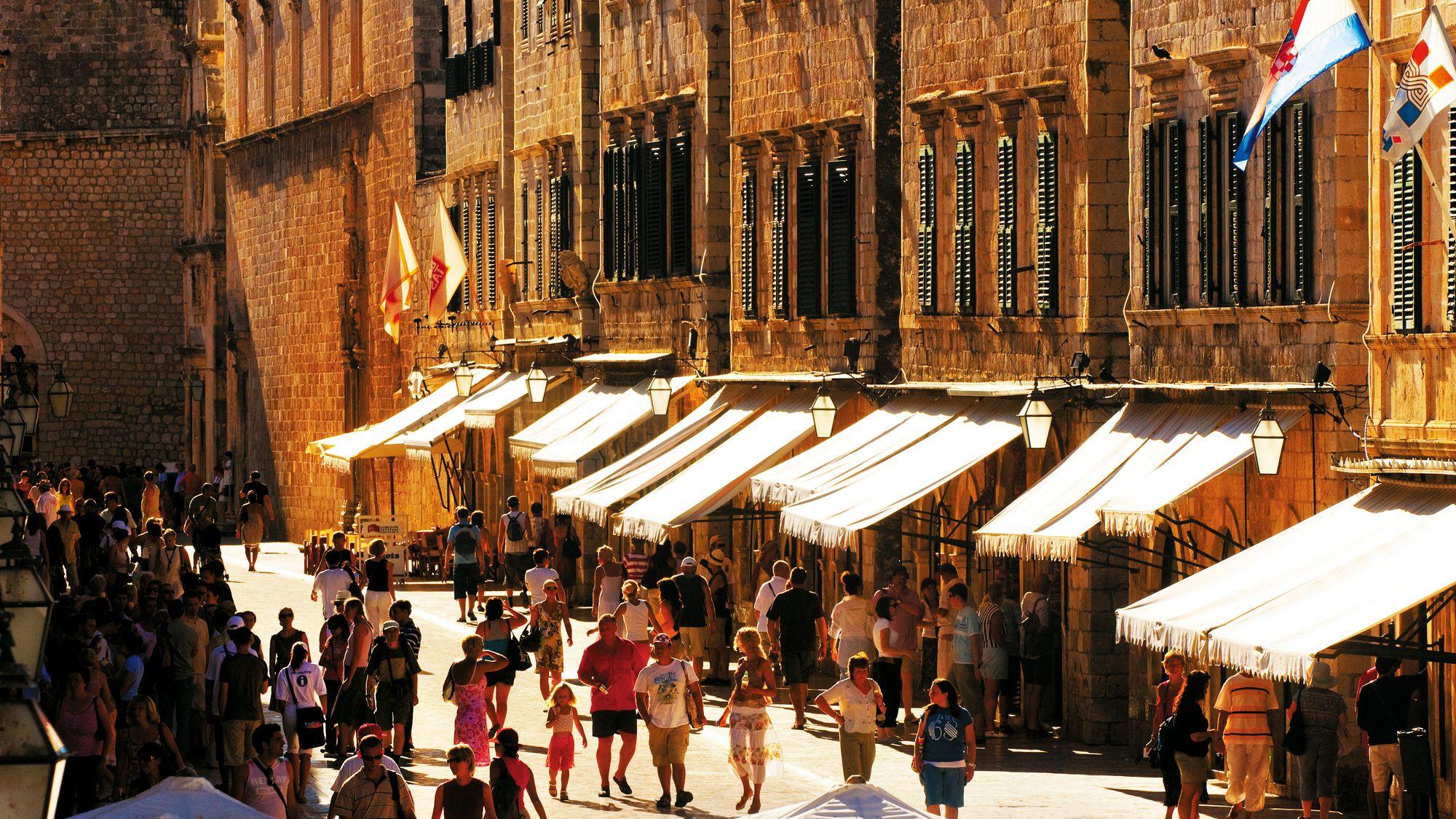 La Calle Stradun Es La Principal Via De Dubrovnik Y Donde Estan Las Principales Tiendas Restaurantes Cafeterias Y Los Edi Croacia Dubrovnik Parques Naturales