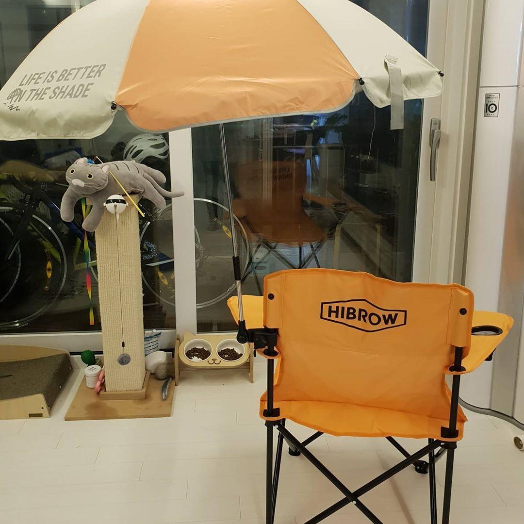 한시간이나 줄섰지만 하나밖에 못구한 할리스하이브로우 캠핑의자파라솔세트 색깔도 넘 맘에들고 팔걸이에 컵홀더 있는것까지 넘넘 맘에듬 멀티카트 Chair High Chair Decor