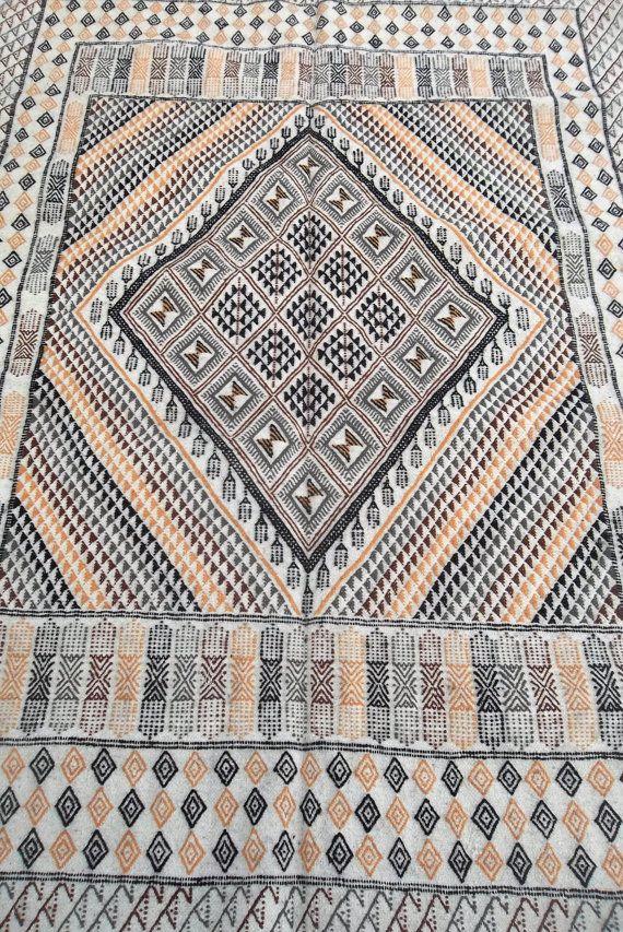 Fabrication: hand made. Type: margoum kilim. Dimensions: 254*171cm. Material: wool.