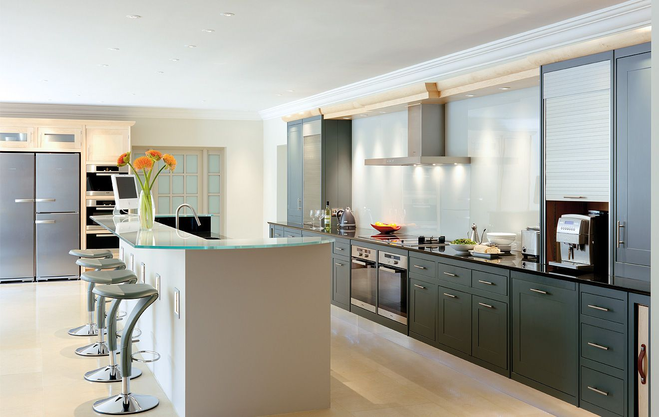Exceptional Metropolitan Kitchen   An Uncompromisingly Modern Kitchen That Is Still  Traditional In Construction, With Many Distinctive Crafted Features.