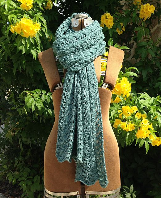 Cable Feather and Fan Shawl pattern by Karen Turnbull | Ponchos y Chal