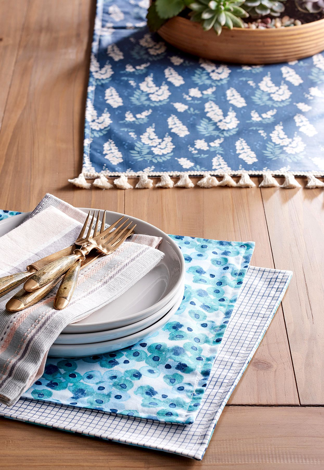 Make An Oilcloth Table Runner In Just 30 Minutes Easy Sewing Projects Oil Cloth Diy Placemats