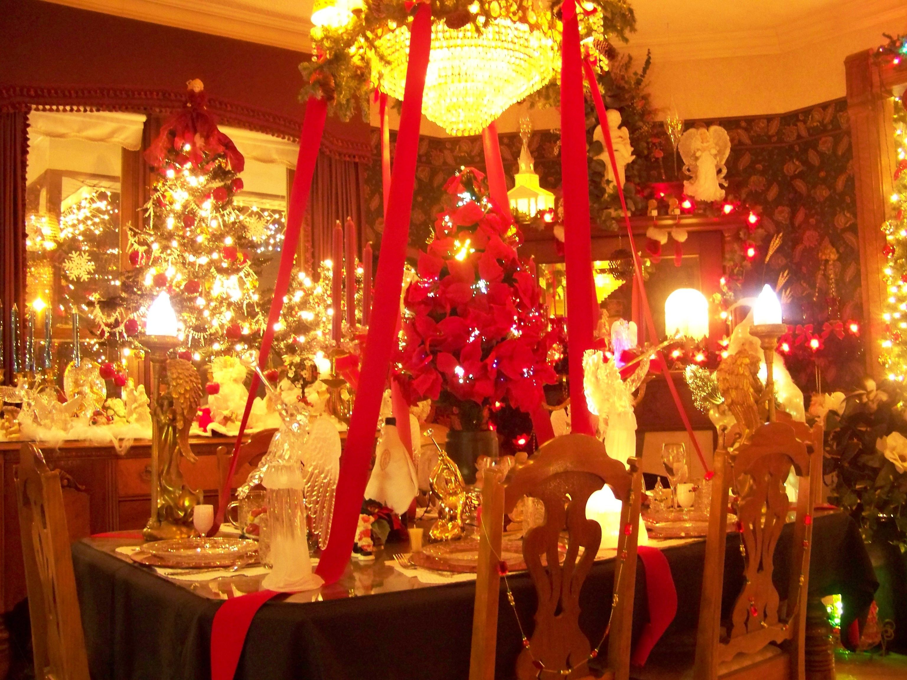 Christmas table decorations red and gold - Glamoruous Red Gold Christmas Dinner Table Decorations Feats All Gleamy Gold Table Wares Christmas Trees And