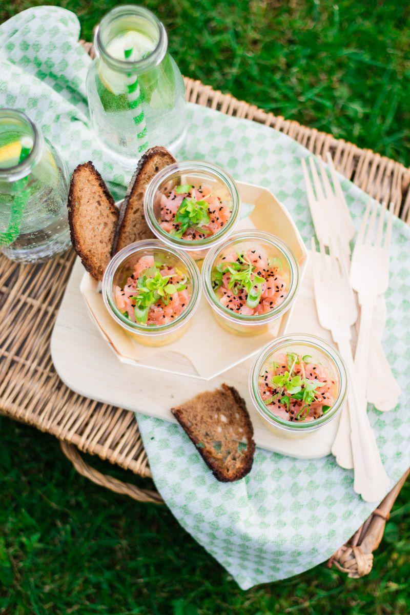 Ich teile heute mein absolutes Lieblingsrezept für ein ganz spontanes Picknick mit Euch. Wenn es superschnell gehen muss und trotzdem raffiniert und saulecker sein soll: Avocado-Mango-Lachs-Picknick-Salat.
