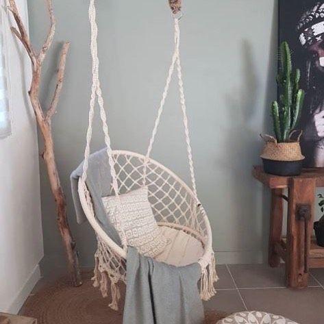 Las sillas colgantes de macramé son tendencia tanto para interiores