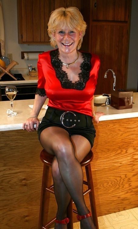 This woman Old mature in pantyhose
