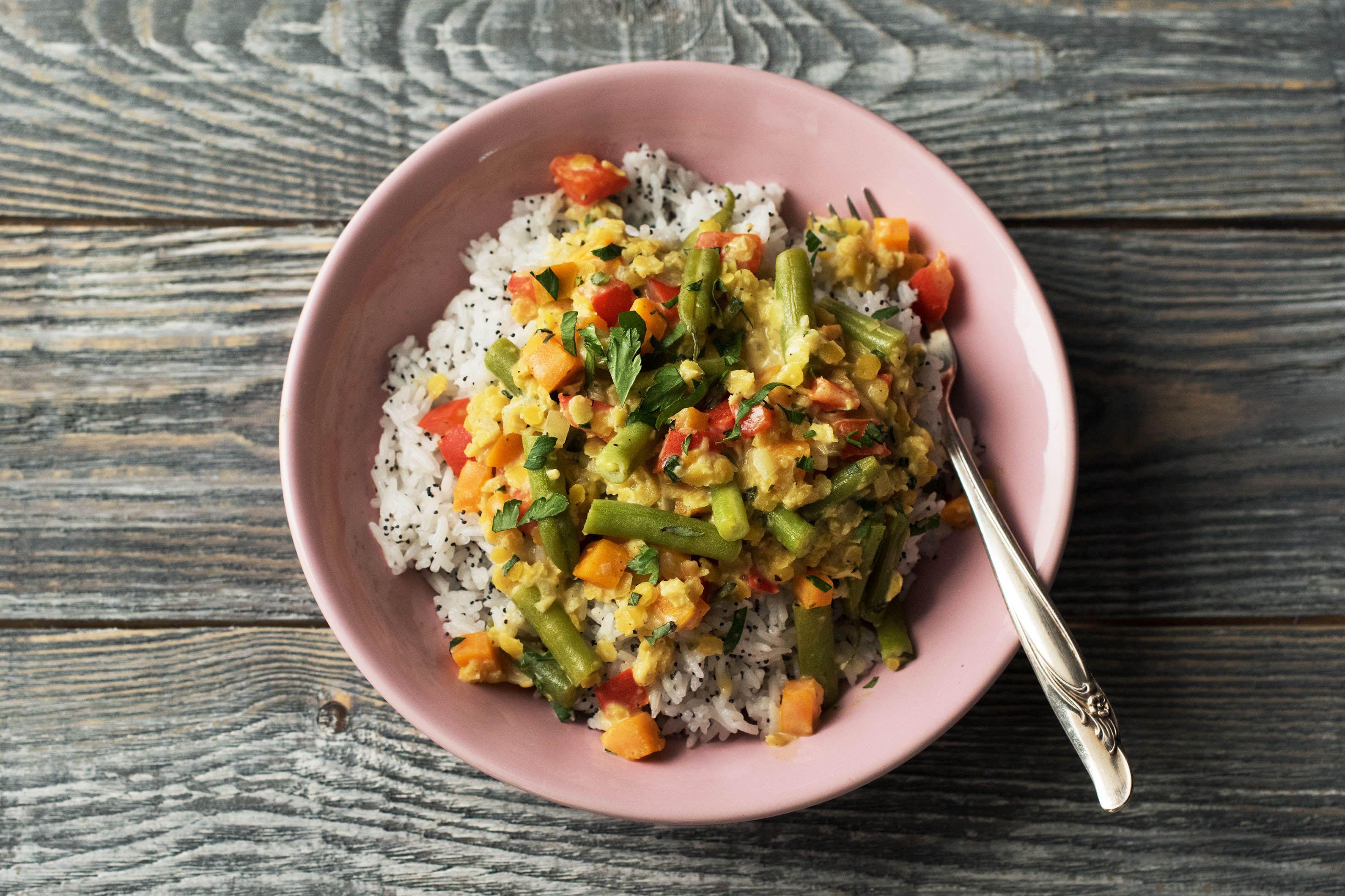 Asiatisches Gemüsecurry mit gelben Linsen und duftendem Mohn-Jasmin-Reis Rezept   HelloFresh