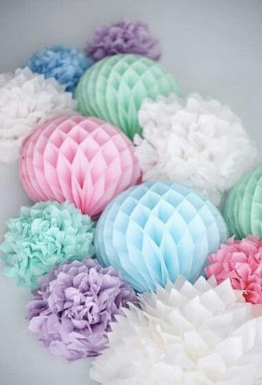 Pompones y bola de papel nido de abeja nido de abeja - Decoracion paredes con papel ...