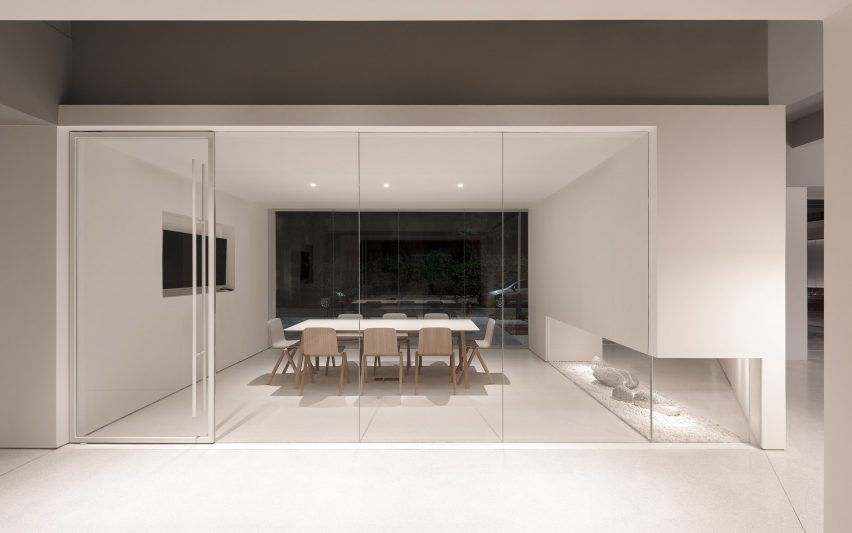 in-and-between-boxes-lukstudio-interiors-atelier-peter-fong-offices-china_dezeen_2364_col_25