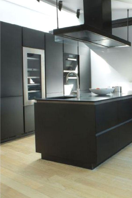 Schlicht in Schwarz - ist diese Küche nicht ein absoluter Hingucker?   Photocredits: Riedel Immobilien