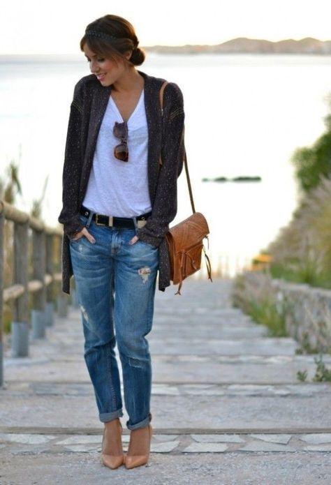 dunkelgraue Strickjacke mit einer offenen Front, graues T-Shirt mit einem Rundhalsausschnitt, blaue Boyfriend Jeans mit Destroyed-Effekten, beige Leder Pumps für Damen