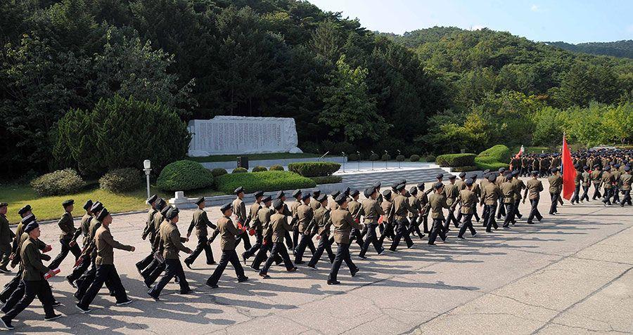 평양시학생청년들의 어은혁명사적지에로의 답사행군 진행 Students and Youth in Pyongyang Tour Oun Revolutionary Site