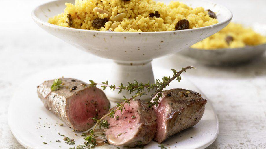 Würzig-aromatischer Genuss auf arabische Art: Lammlachs auf Couscous mit Rosinen, Pinienkernen und Harissa | http://eatsmarter.de/rezepte/lammfilet-couscous