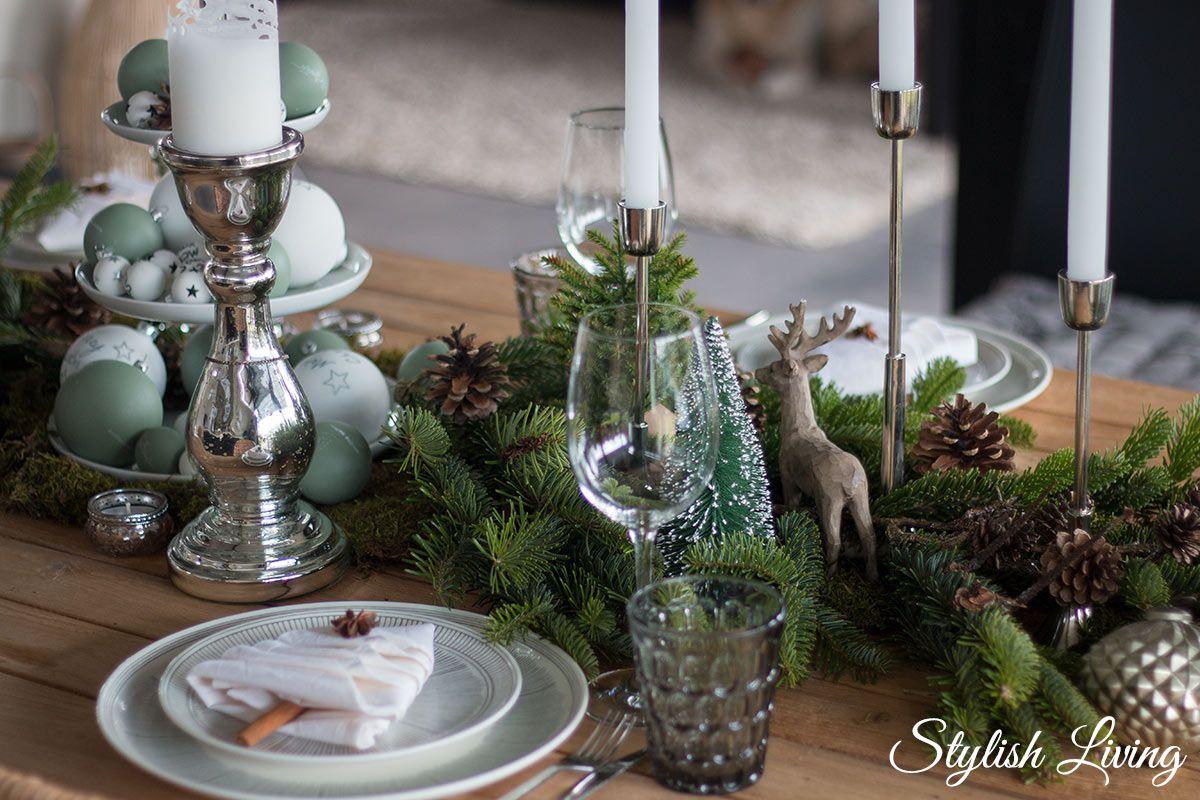 weihnachtstischdeko mit tanne und weihnachtsbaumservietten
