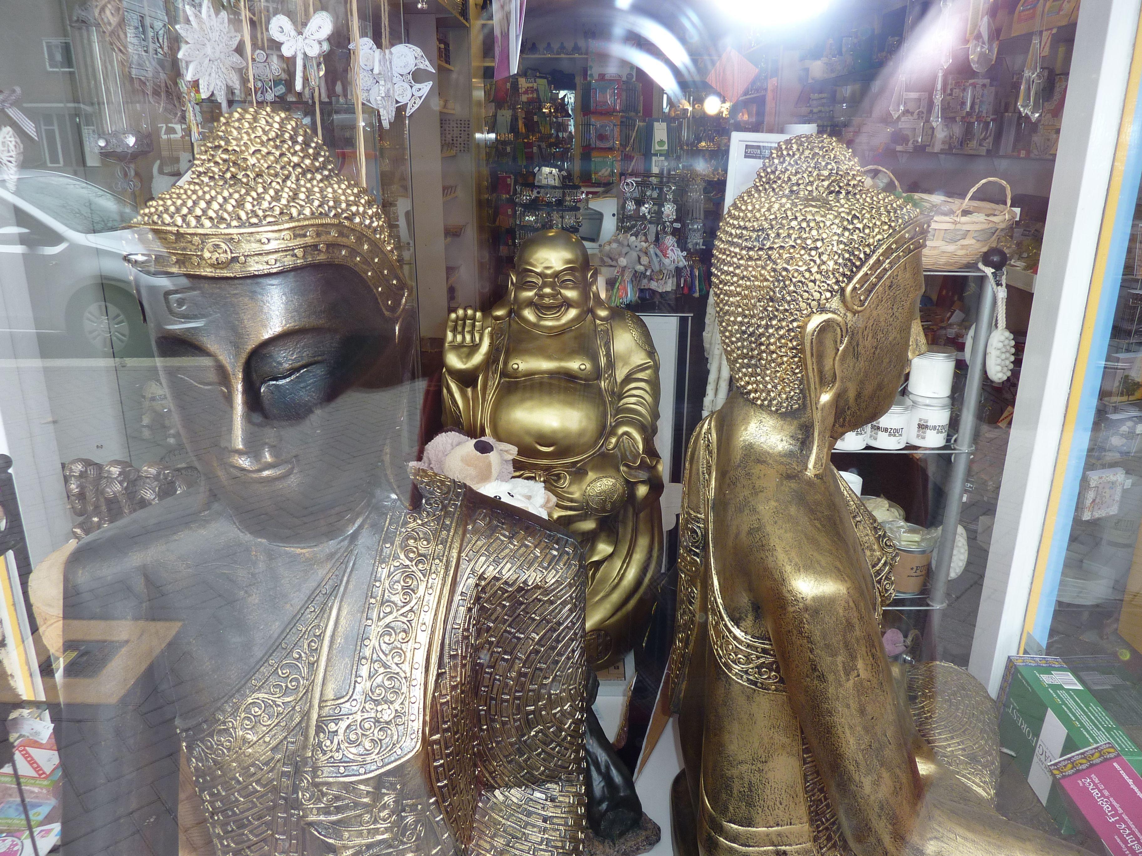 Bijzondere boeddha's in onze etalage: Cadeau variant Apeldoorn