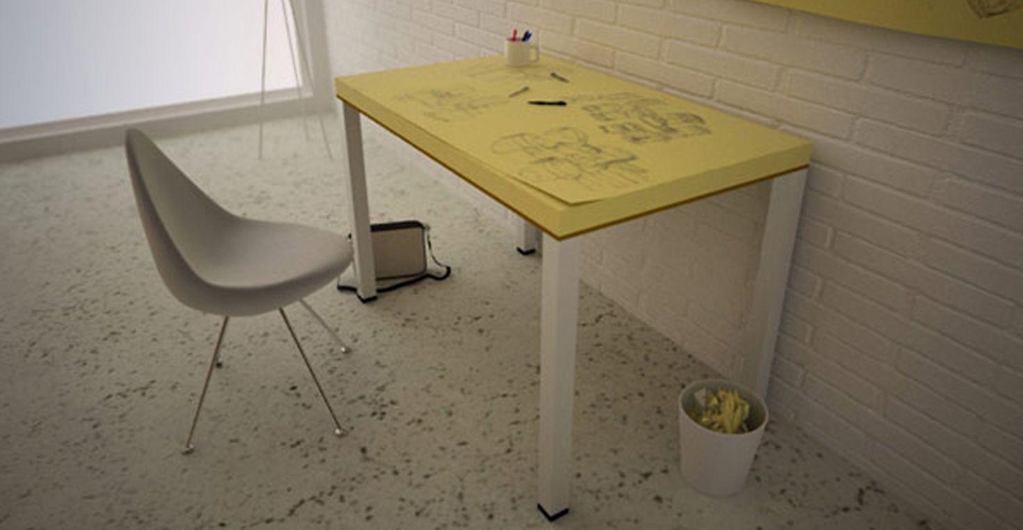 Feuille de papier blanc jaune post it et un stylo sur le bureau