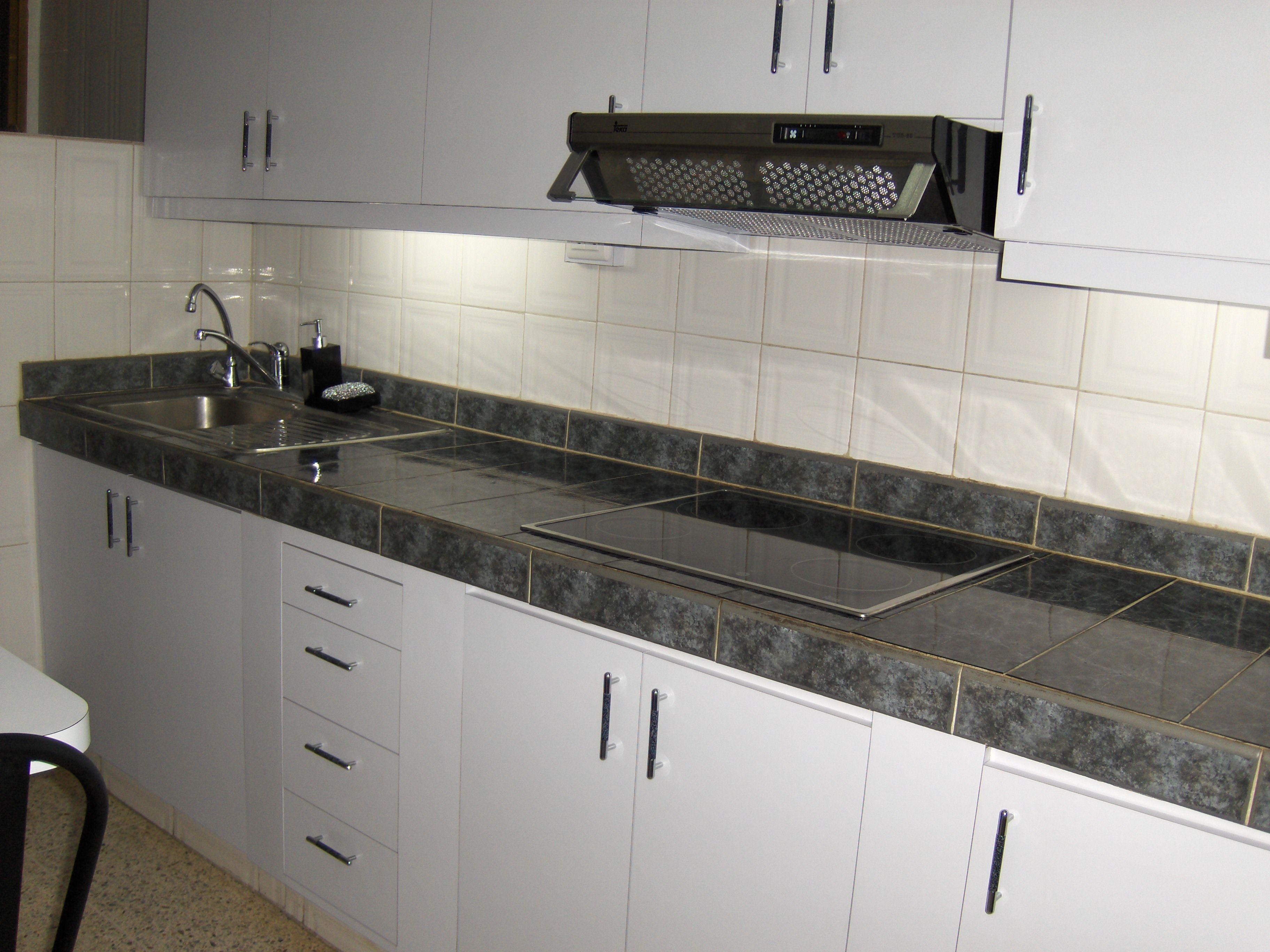 Cocina en mamposter a con cer mica y mdf forrado en - Forrar azulejos cocina ...