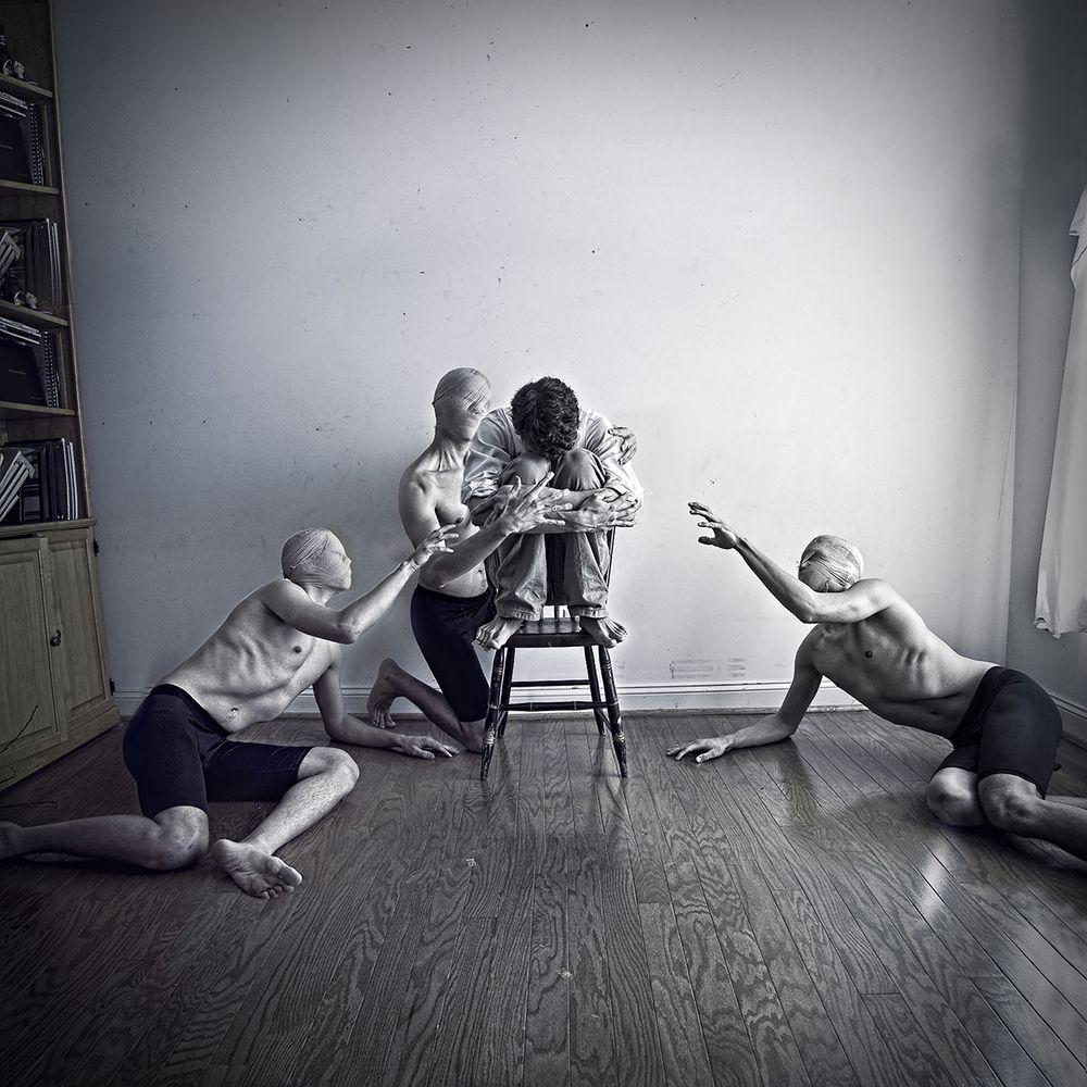 Fotograaf Christopher Hopkins kreeg op zijn zestiende te horen dat hij depressief was. Om met de ziekte om te gaan, legt hij zijn gevoelens vast op foto's.