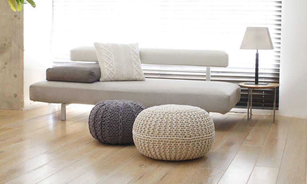 ニットプフは来客時のクッション またソファのオットマンとして使える