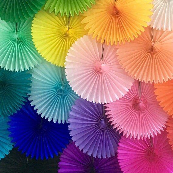 Una pared tapizada con abanicos de papel todos los for Abanico de colores