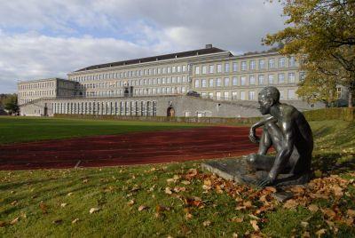 Kantonsschule Winterthur  1925-1928 erstellt. Als Architekten kamen die von 1907 bis 1950 im ganzen Kanton erfolgreichen Gebrüder Pfister (Otto und Werner) zum Zuge.