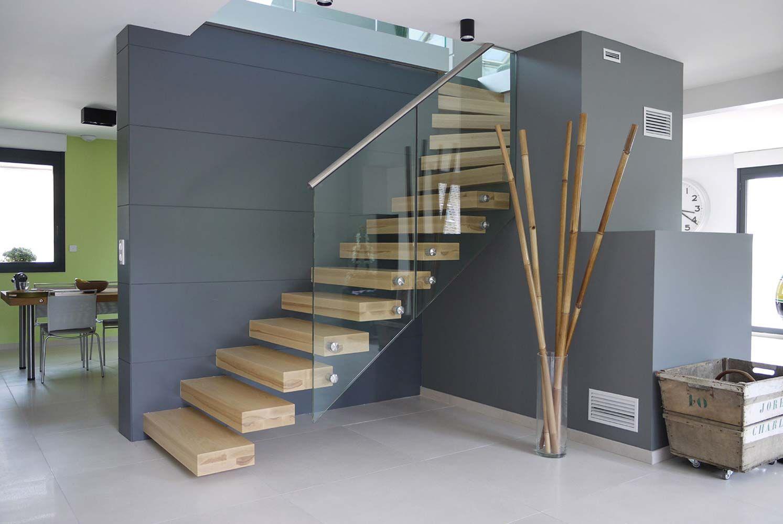 Escalier automoteur ego au design puriste les marches en bois massif sont m - Escalier en verre design ...