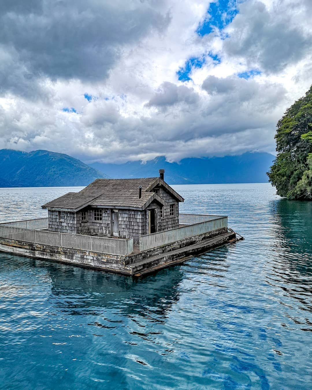 A Orillas Del Lago Todos Los Santos Chile Hay Una Casa Flotante Para Muñecas Una Pequeña Lorena Astudilloe Casa Flotante Lago Vistas