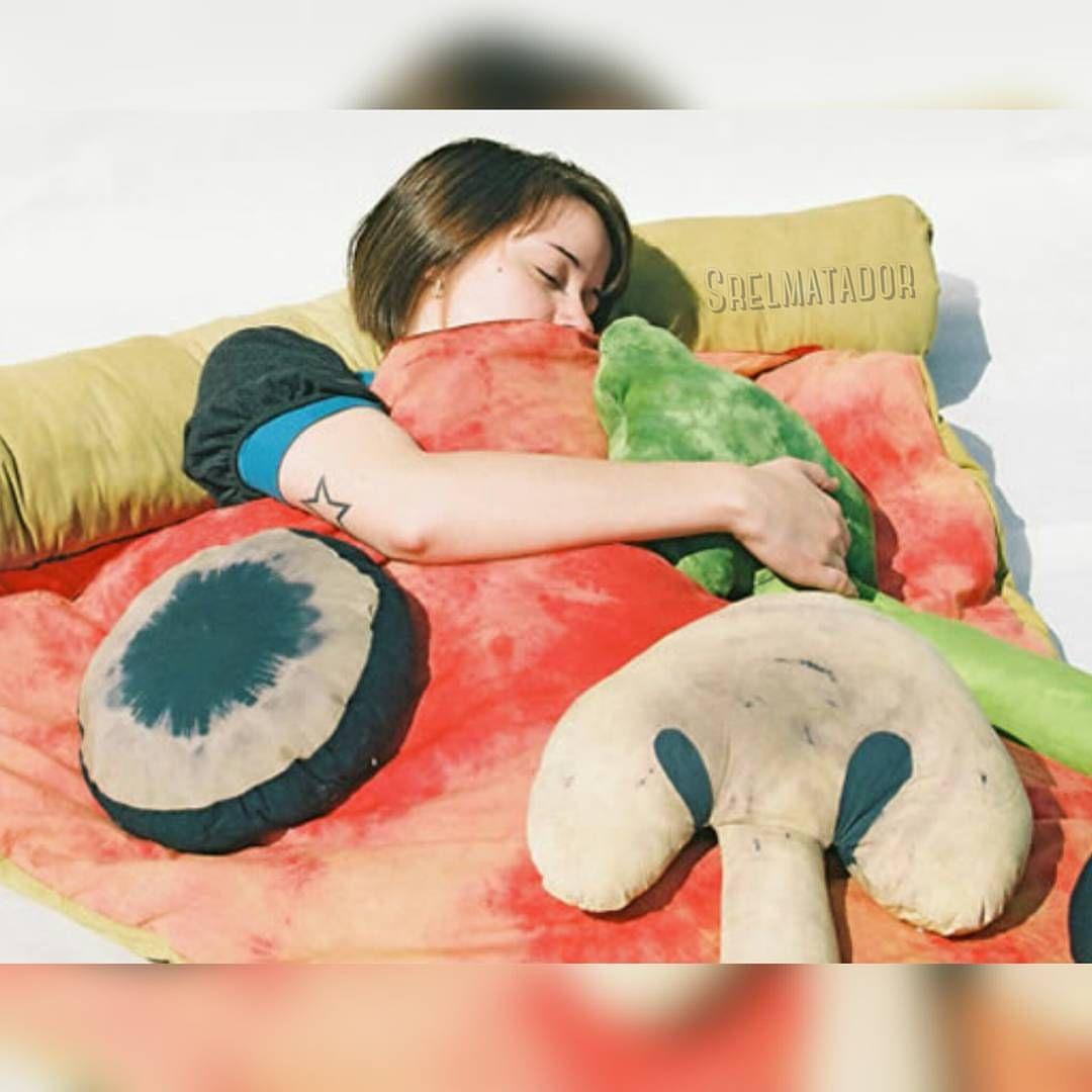Hay que rodearse de las cosas que te gustan. Hasta temprano me fuera a dormir. . #Pizza #cama #cobija #cojines #decoracion #dormir #noche #bed #pillow #SrElMatador #ElSalvador .