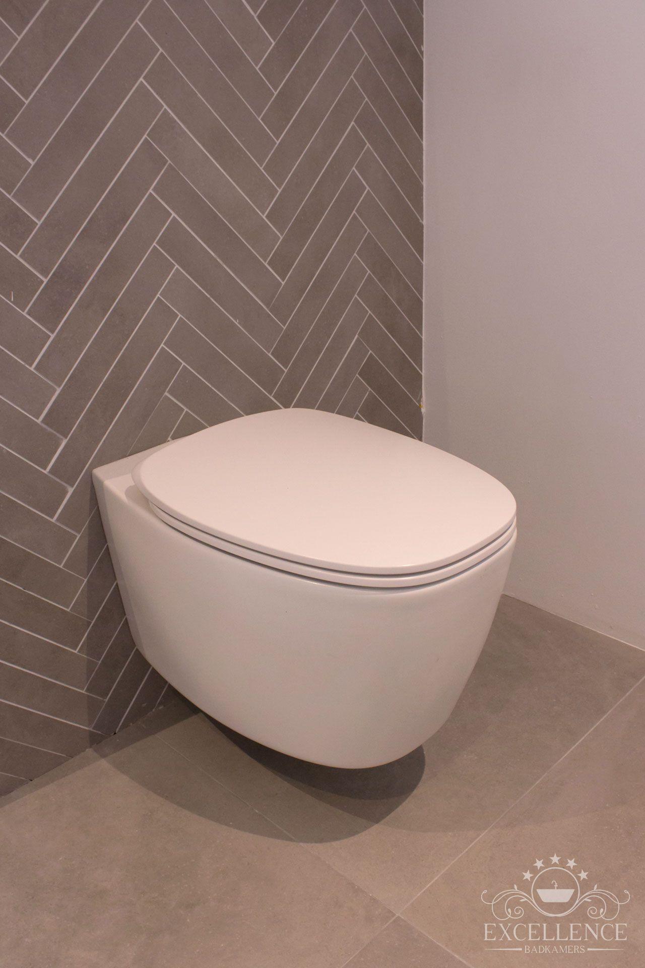Maatwerk badkamer.Visgraad wandtegel. Design wandcloset mat wit met ...