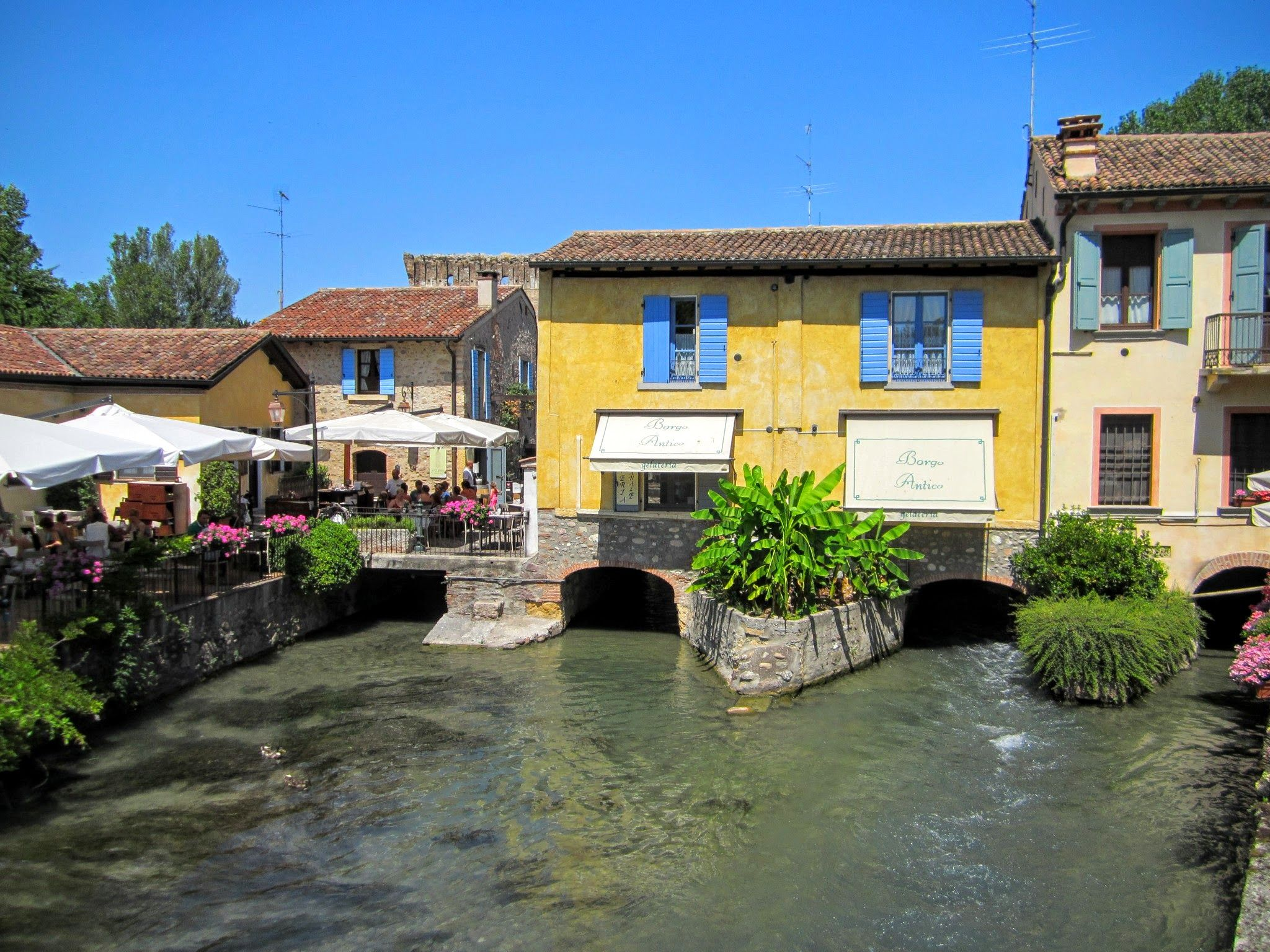 Borghetto sul Mincio - Een pittoresk dorpje op slechts een 15-tal kilometer van Peschiera del Garda. Er liggen heel wat leuke restaurantjes en terrasjes!