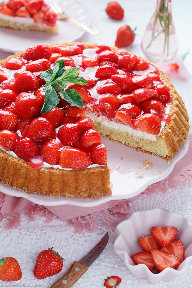 Strawberry cake with mascarpone cream and almond base – easy to cook