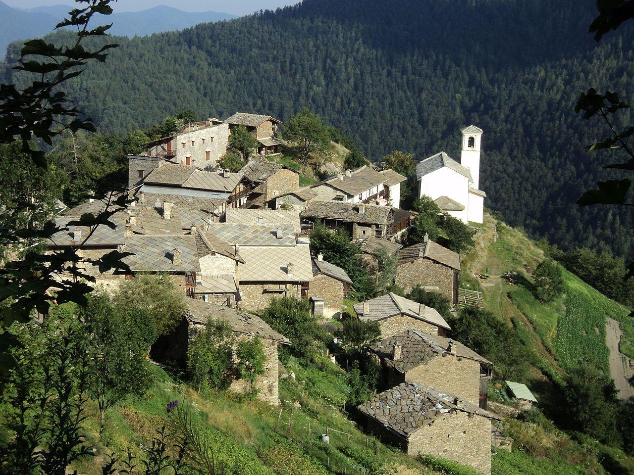 ROURE BOURCET CHASTEIRAN  Il nucleo abitativo di Chasteiran. Bourcet, detto anche Chasteiran - 1.594 m Chezalet - 1.327 m Sappè - 1.337 m Serrondet - 1.550 m Chaulieres - 1.843 m