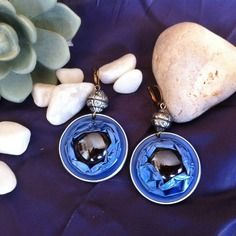 Boucles d'oreilles bleues en capsules nespresso recyclées pour oreilles percées.