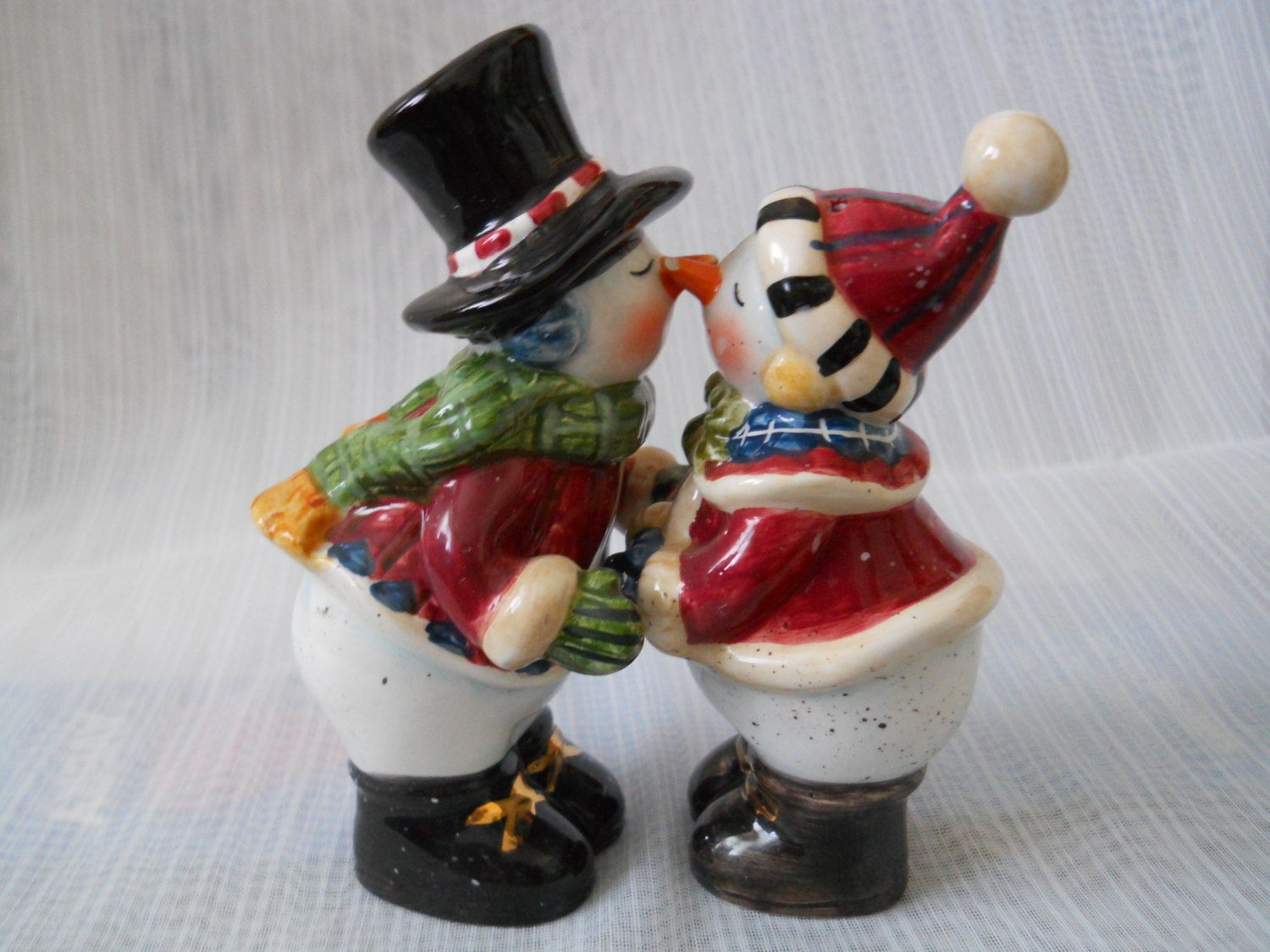 f5144f9a28bf6 Kissing Snowman Salt and Pepper Shakers - vintage