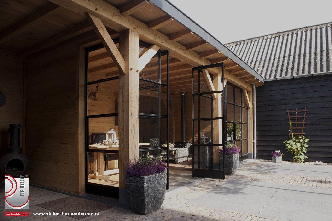 In een riante achtertuin in Ederveen mochten wij een wand met stalen deuren plaatsen in een klassiek gebouwde buitenkamer. In totaal hebben we twee paar dubbele deuren en één enkele deur in de glazen wand verwerkt.