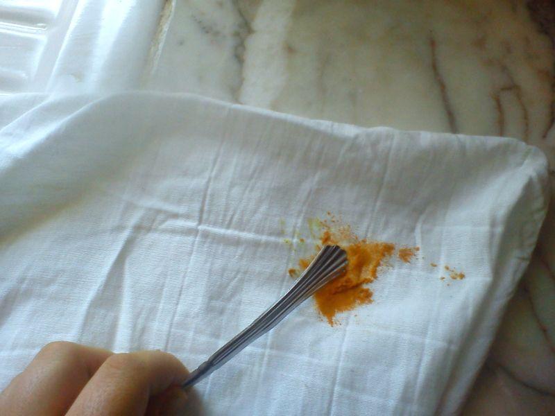 Enlever une tache de curcuma sur un vêtement