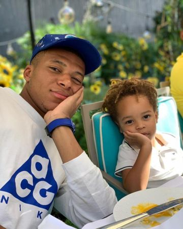 The White T Shirt Cag Of Kylian Mbappe On The Account Instagram Of K Mbappe The White T Shirt Cag Of Football Outfits Soccer Pictures Soccer Players