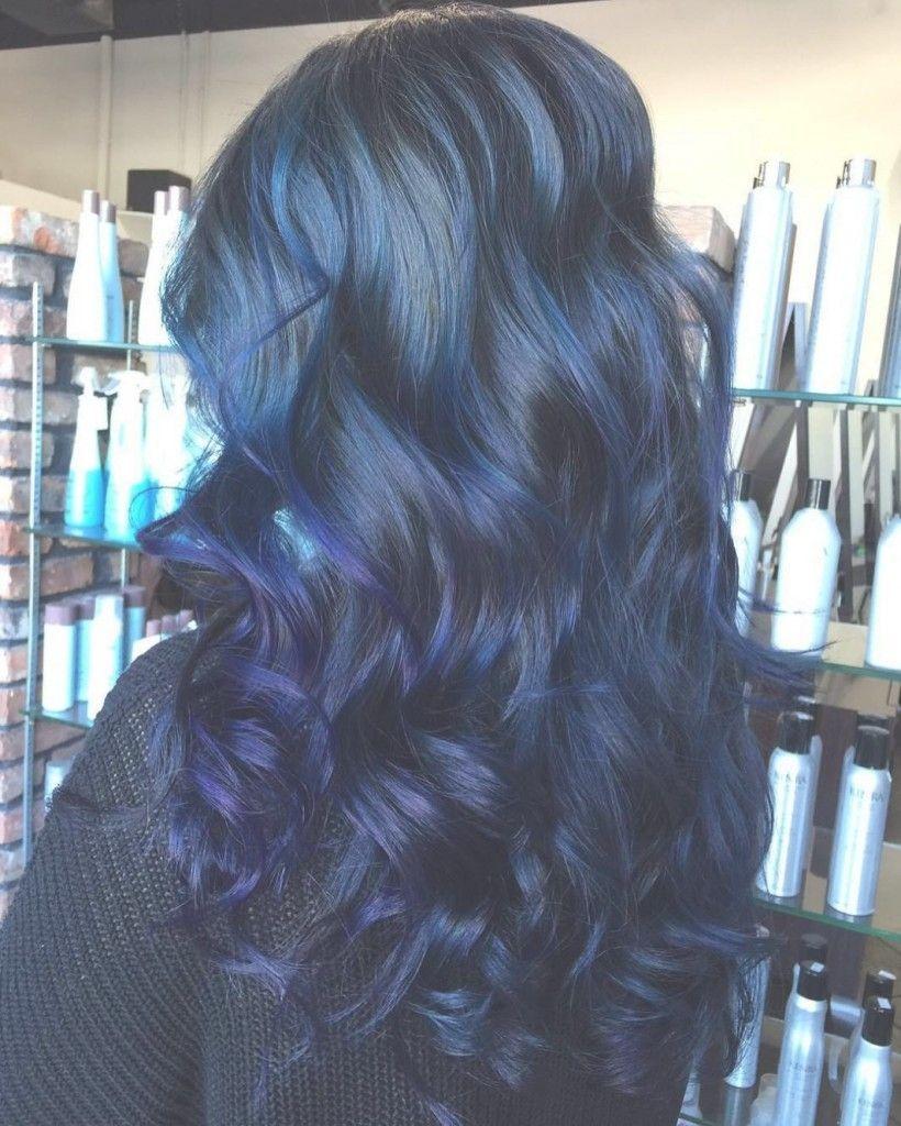 Kreatives Kurzes Haar Mit Blauen Highlights Für Frauen My