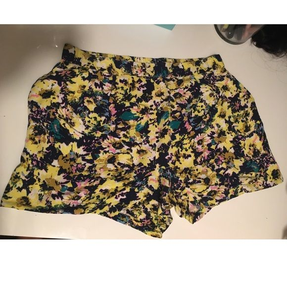 H&M floral shorts A little high waisted, lightweight material, loose fitting, best part is that they have pockets! great condition, worn two times ❤ H&M Shorts