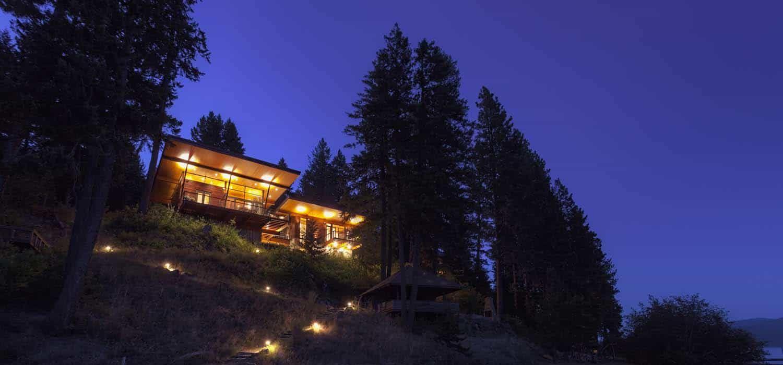 Modern Log Cabin Perched On A Cliff Overlooking Coeur D Alene Lake Riverside House Modern Log Cabins Cabin