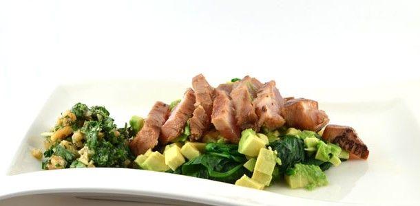 Dit recept voor een spinazie-avocadosalade met tonijn en korianderpesto is echt een lekker gezond recept. Natuurlijk ook snel en gemakkelijk te bereiden.