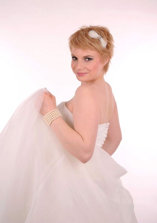 Blonde short hair bride with hair accessory