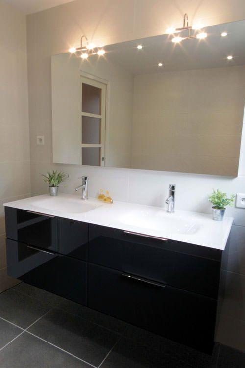 Une salle de bain moderne et lumineuse grâce à un meuble épuré, en - salle de bain meuble noir
