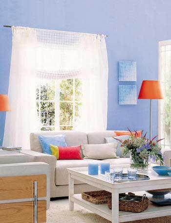 Azul, blanco y sutiles toques de naranja logran convertir un salón en un espacio fresco, relajante y muy actual. Como en todos los casos, la clave está en escoger la dosis justa para cada color