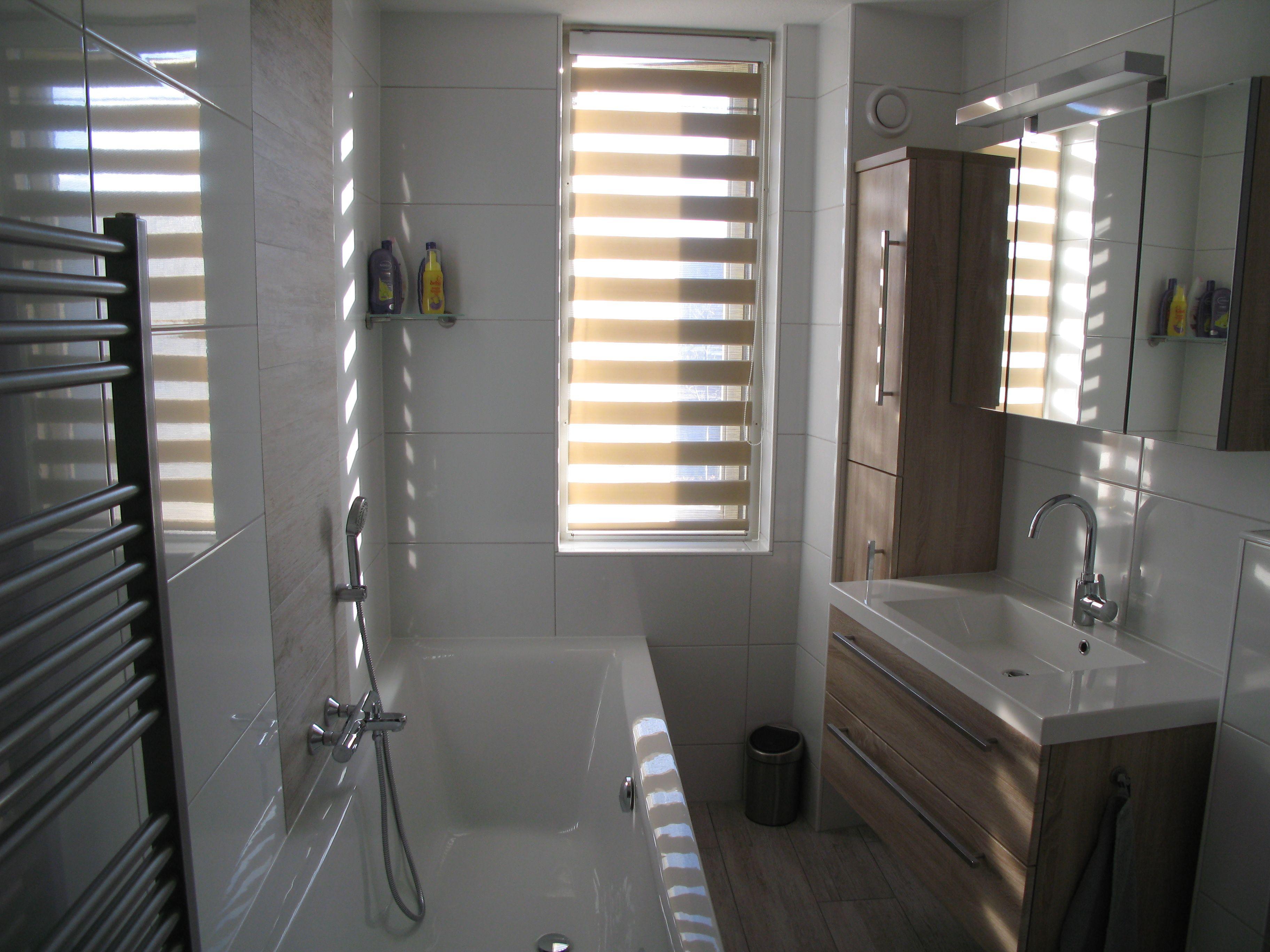 Trendy badkamer in houtlook met witte tegel afwerking badkamers - Tegel witte glanzende badkamer ...