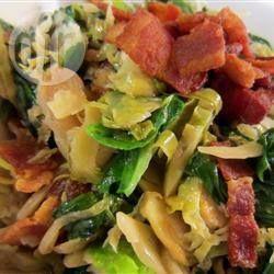 Salade chaude aux choux de Bruxelles, bacon et épinards