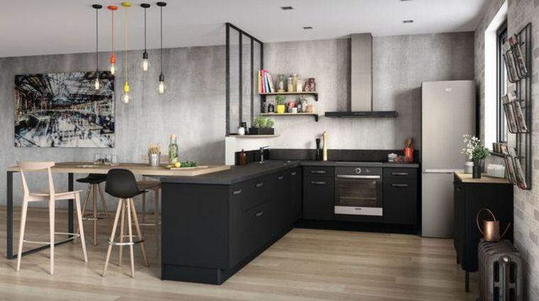 pareti grigio chiaro, pavimento in parquet, mobili della cucina neri ...
