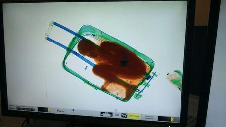 Il bambino sub-sahariano fotografato dallo scanner all'interno della valigia © EPA