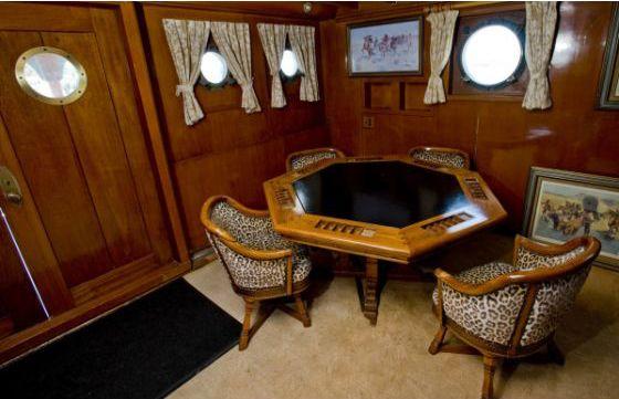 """John Wayne - le """"Wild Goose"""" - Les Intérieurs - La Table de Poker est celle utilisée par John Wayne et ses Amis, mais la pièce où elle se trouve actuellement a été ajoutée en 1979 après la mort de John Wayne et la vente du Yacht."""