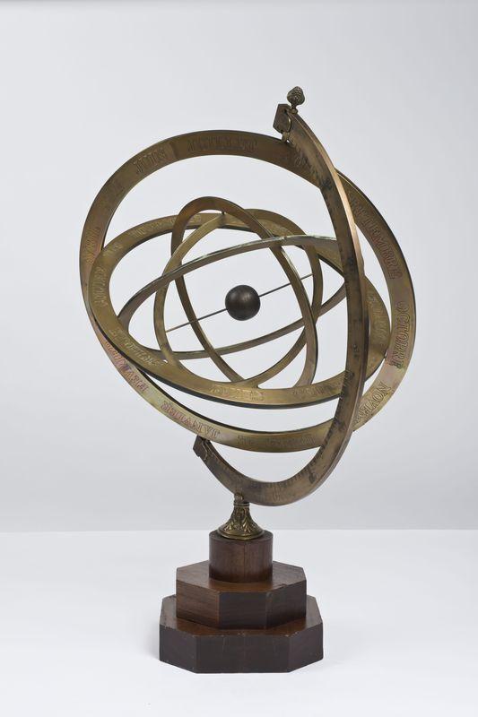 6895219b941 Grande sphère armillaire en bronze gravé à cercles mobiles ...